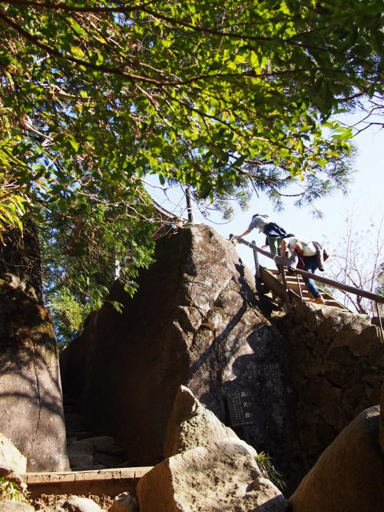 もう一つの見どころ「高天原(たかまがはら)」。巨大な岩を梯子でのぼった先に小さな社があります