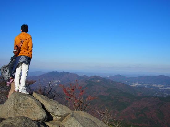 眼下には筑波連山の紅葉が。息を飲むような大パノラマです