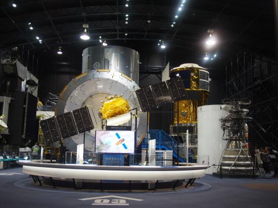 展示館「スペースドーム」。正面にあるのは陸域観測技術衛星「だいち」の1/3模型