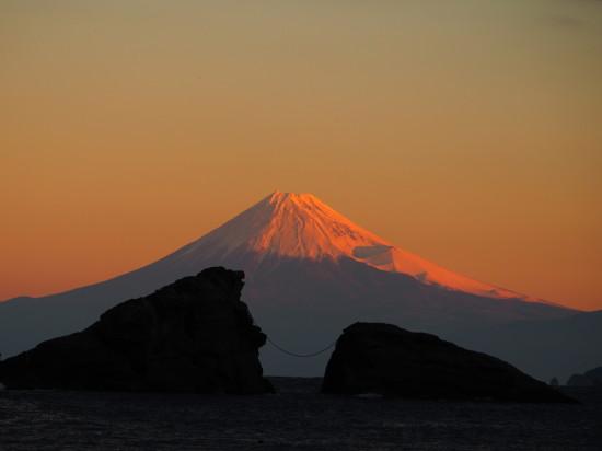 雲見海岸のシンボル、牛着岩(うしつきいわ)越しに見る朝焼けの富士山