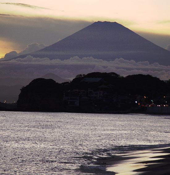 由比ヶ浜からの富士山、手前は江ノ島