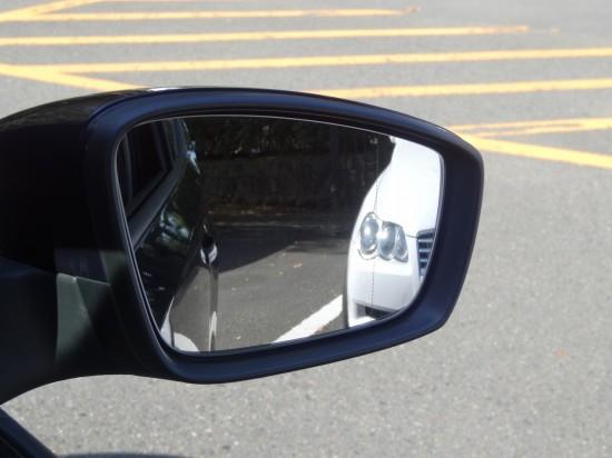 右側のミラーで右側のクルマの位置を確認する