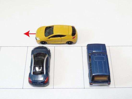 左に寄せながら、左隣のクルマの左端と自分のクルマの先端が同じくらいになるまで進む