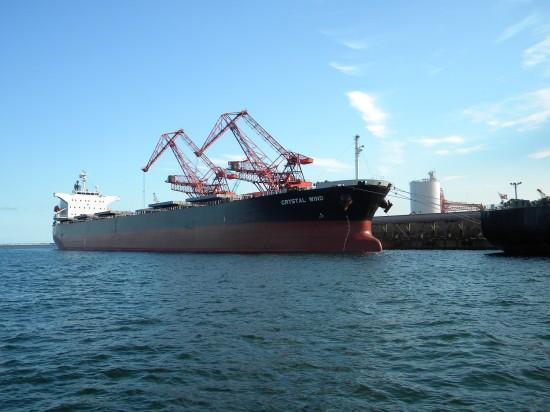 国際港としてコンテナ船なども行き来しています
