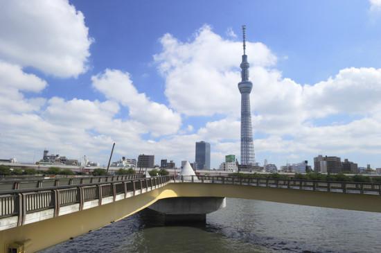 桜橋の先に見えるスカイツリー