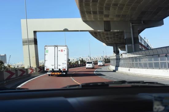 カーブの先で渋滞が待っていることも…