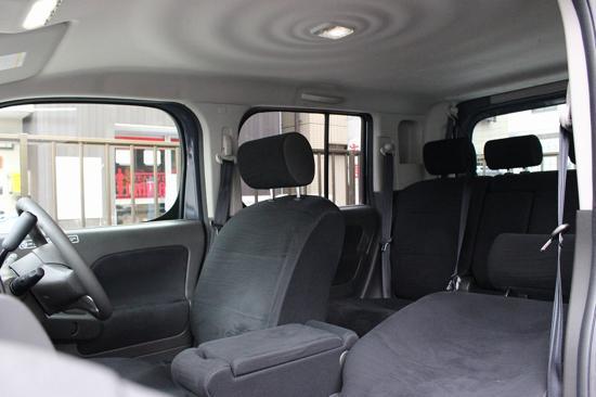 天井までデザインされたキューブのインテリア。後席も広々快適!