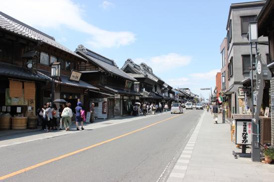 こちらが中心部となる「蔵造りの町並み」。歴史的な建物が並びます。