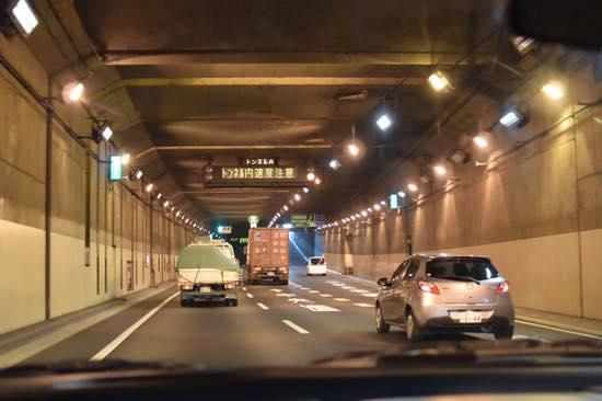 トンネルはスピード感覚が鈍るので注意