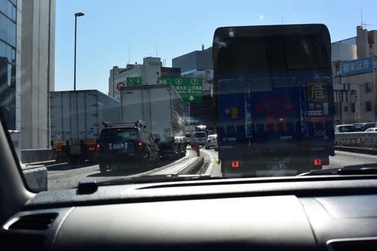渋滞では追突事故を起こさないように周りの動きをチェック