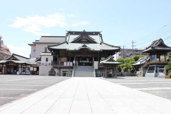 成田山川越別院は、毎月28日には骨董品が並ぶ「蚤の市」が開かれるそうです。