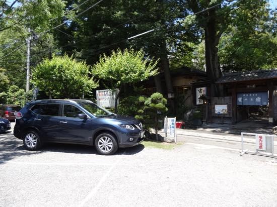 付近にはたくさんの駐車場があり、クルマでのお出かけにも便利