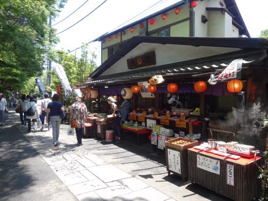 有名な深大寺そばのお店やお土産屋さんなどが並ぶ雰囲気のいい通り