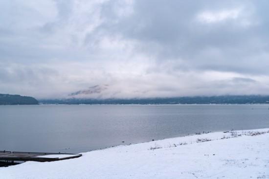 ほとりに立ってみると実に広大な山中湖。天気が良ければ目の前に富士山を望める
