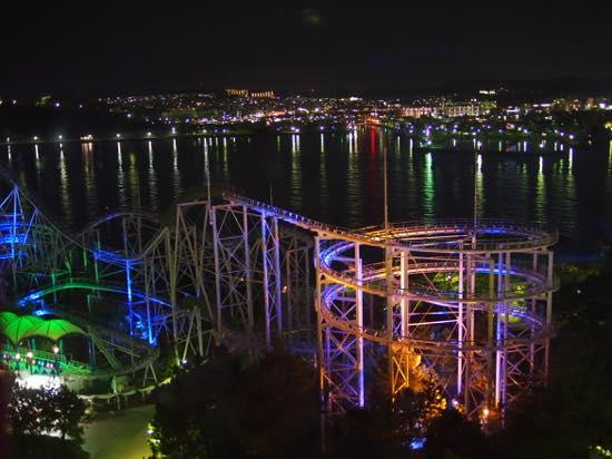 人気アトラクション、サーフコースターの向こうに横浜ベイエリアの夜景が拡がる