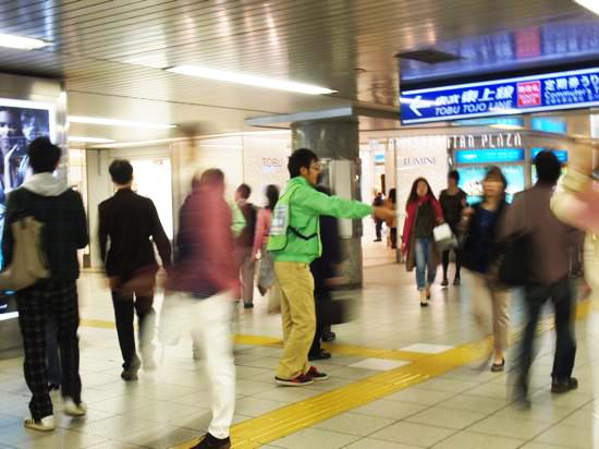 常に多くの人が行き交う池袋駅構内で呼び込みスタッフがお声がけ