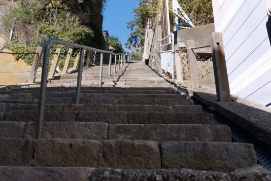 急な階段を登っていくと・・・
