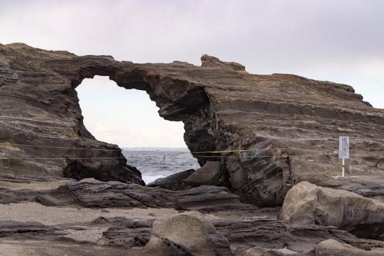 壮大な奇石「馬の背の洞門」