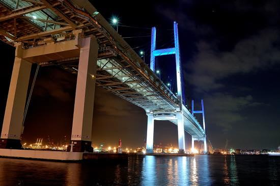 ベイブリッジは毎時20分と50分から10分間はブルーにライトアップされる