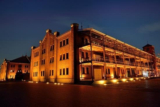 赤レンガ倉庫のレストランのテラス席で夜景を見ながら食事をするのもおすすめ
