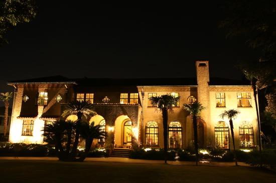 昭和5年建築のべーリック・ホールは、スパニッシュスタイルの3連アーチが美しい