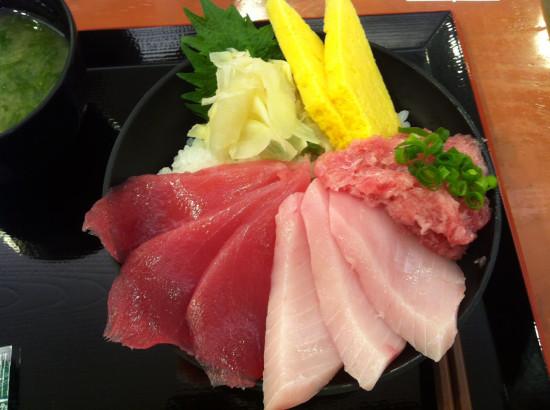 私のマグロ丼。友人の注文した地のものの握り寿司も美味しそうだったなぁ