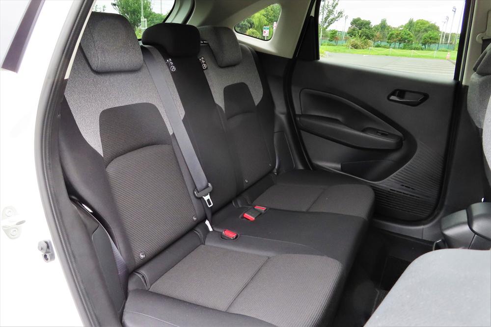 後席も、頭上や足元などには十分な余裕があり快適。特に足元空間の広さに注目