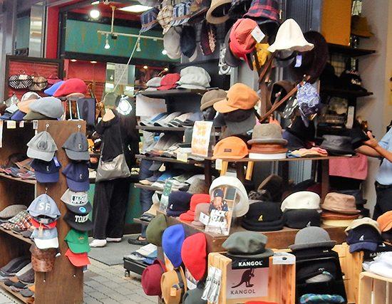 色とりどりの帽子が並びます