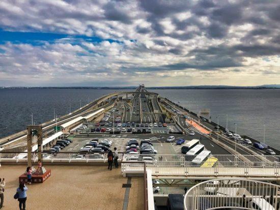 東京湾アクアラインの「海ほたるパーキングエリア」は海の真ん中にある