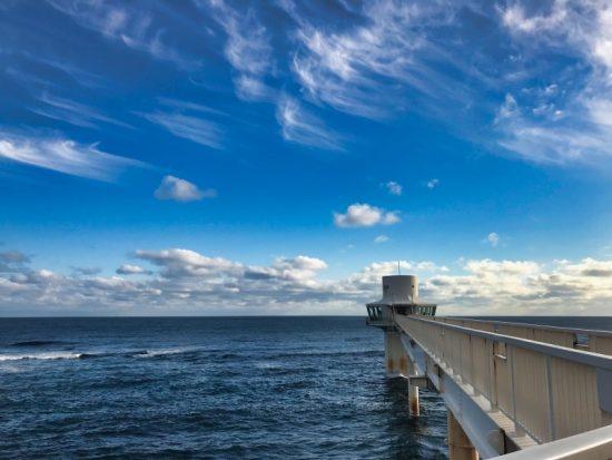 海中展望塔へは長い橋を渡ります。ここからの景色も絶景です
