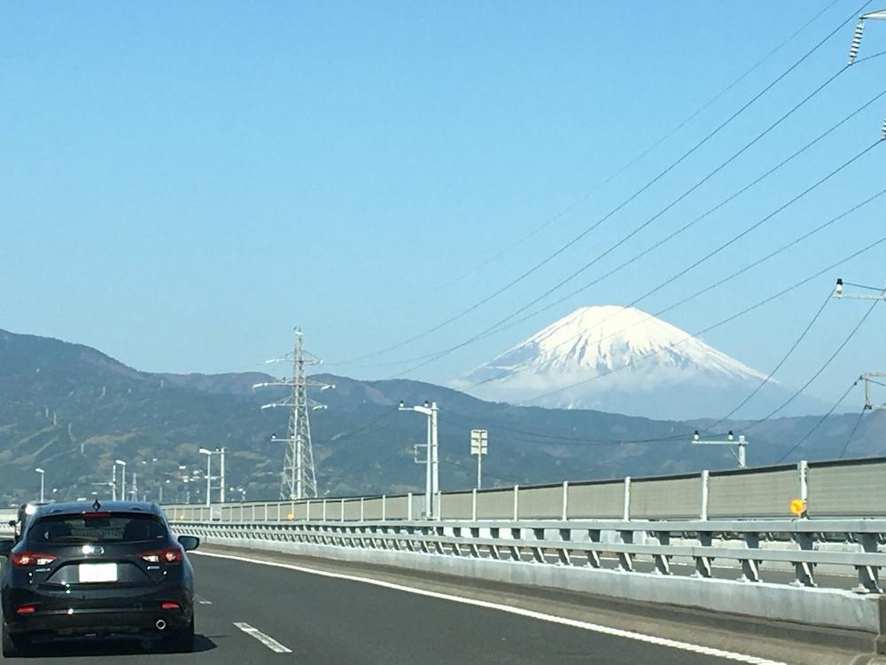 道を進むにつれ、巨大になっていく富士山。車中からでも圧巻のスケール