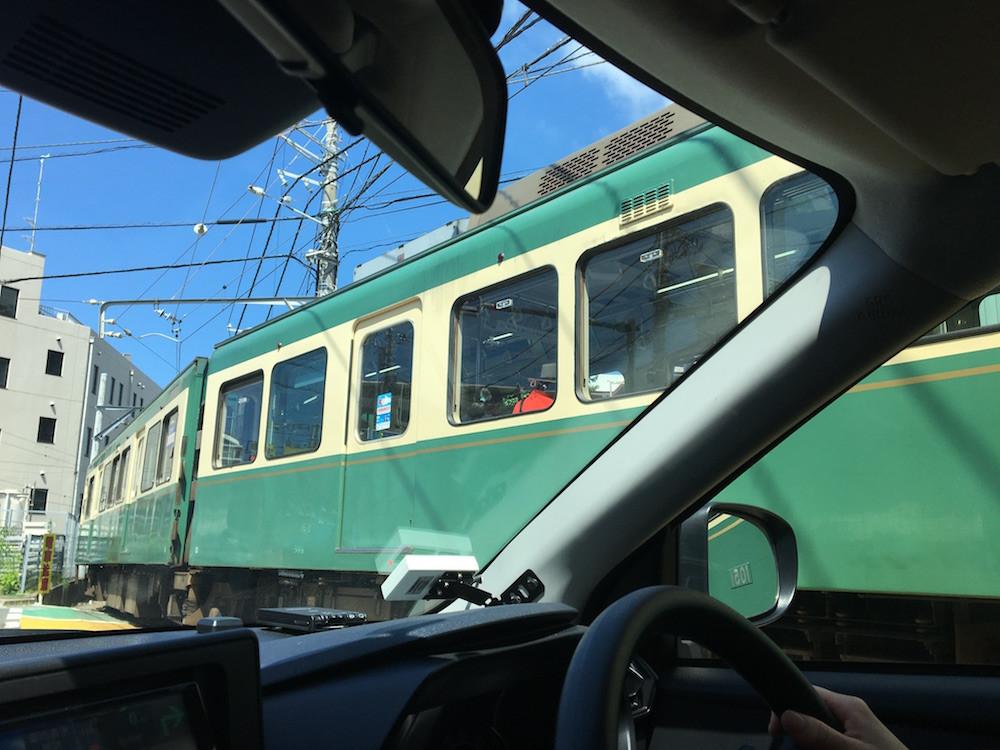 目の前を通る江の島電鉄(通称:江ノ電)。ゆっくり進むスピードにほっこりさせられる