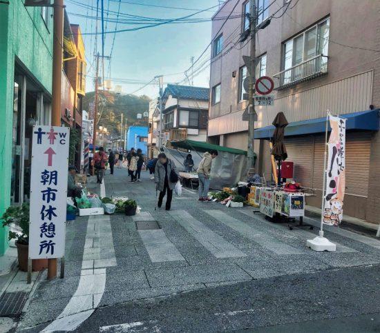 「仲本町朝市通り」営業時間は6:00~11:00(毎週水曜日休み)
