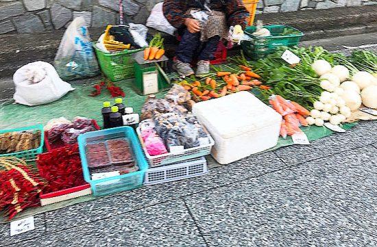 葉先まで立派な新鮮野菜がずらり。珍しい野菜も朝市ならでは