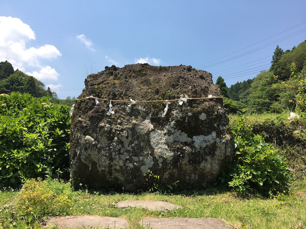 「金太郎の遊び石」と「夕日の滝」は道の駅からすぐそばの場所にある