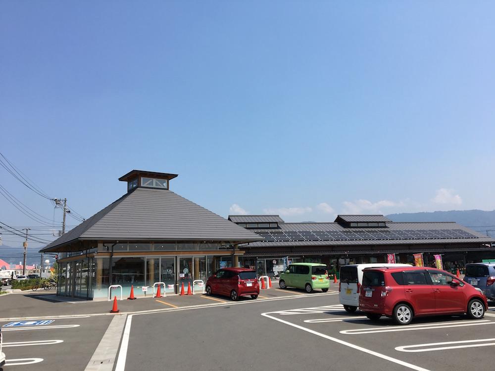 開放感のある広い駐車場からは、見渡す限りの青空と一面の山が見える