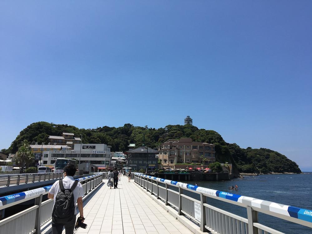 「江の島大橋」の先に、「江の島」が見える