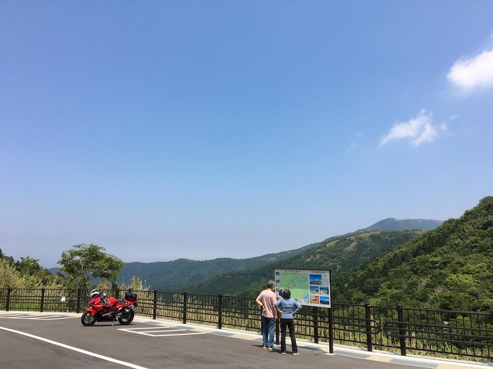 「金時見晴パーキング」は乗用車35台分の駐車スペース(無料)。青空に美しく映える、周りの山々の景色が堪能できる