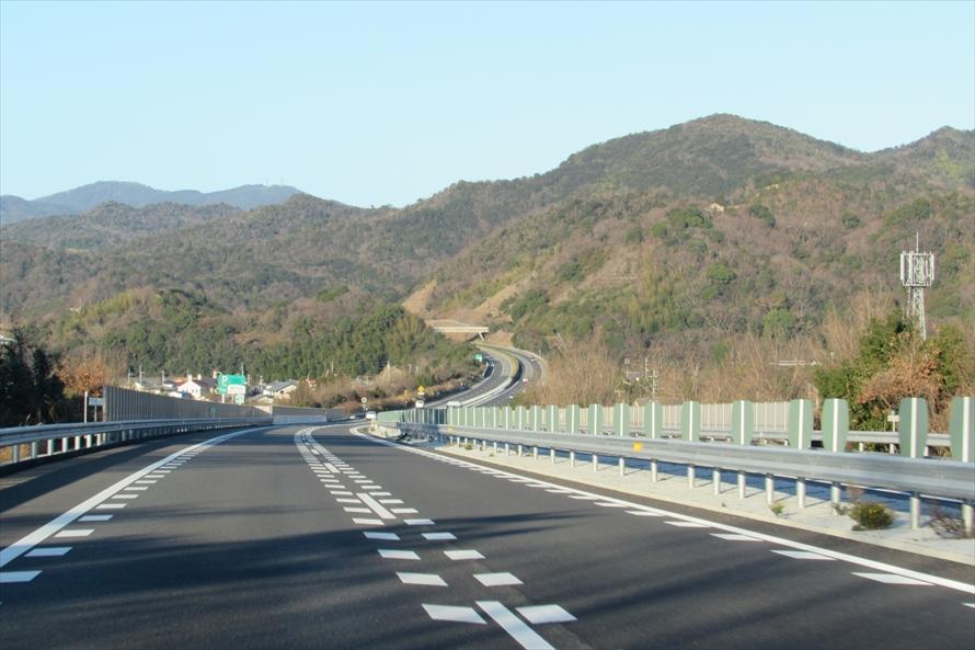 高速道路にも坂道は多い。無意識のうちにスピードが変化してしまうので気をつけよう