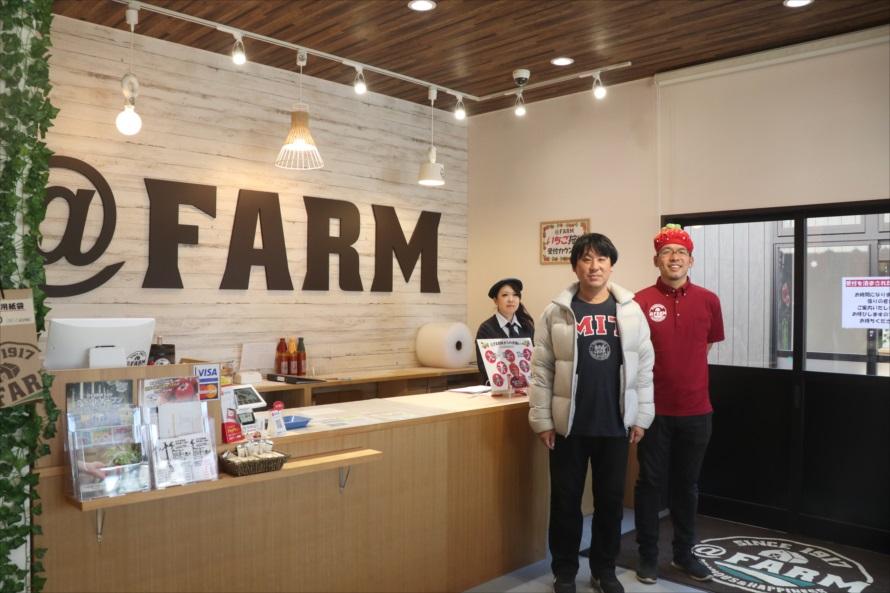 案内をしてくれたのは「@FARM」を経営する三共木工株式会社代表の森田精一郎さん(左)と「いちご大使」総務課長の松本弓彦さん(右)