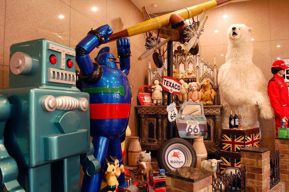 「伊香保おもちゃと人形自動車博物館」のロビーでは、ミュージアムを象徴する人形やアイテムが出迎えてくれる