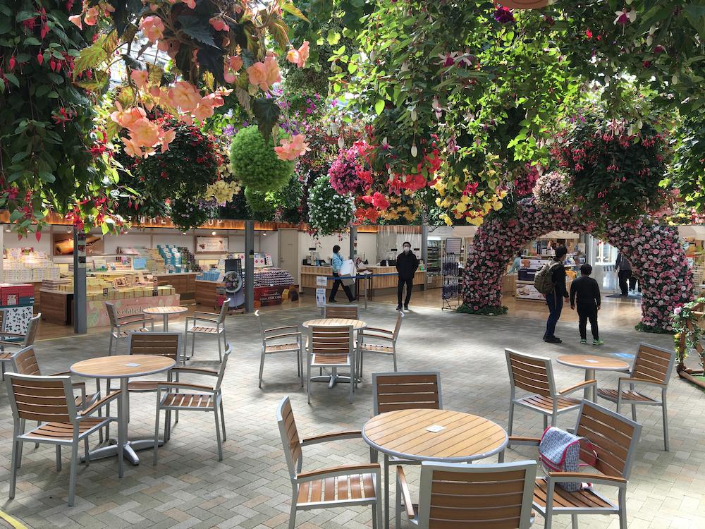 季節の花々のシャンデリアを眺めながらひと休みできる