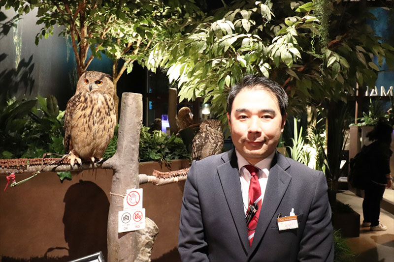 「オービィ横浜」の森隆之館長と「アフリカワシミミズク」