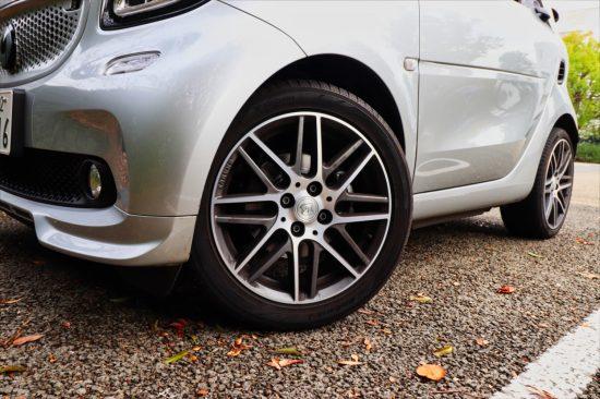 「スマート」は車体後部にエンジンを搭載するため、前16インチ、後17インチと前後でタイヤサイズが異なる