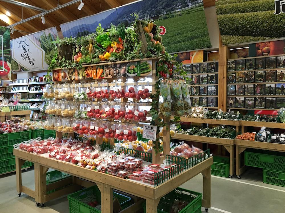 色鮮やかな野菜やフルーツの工夫された陳列は見るだけでも楽しめる