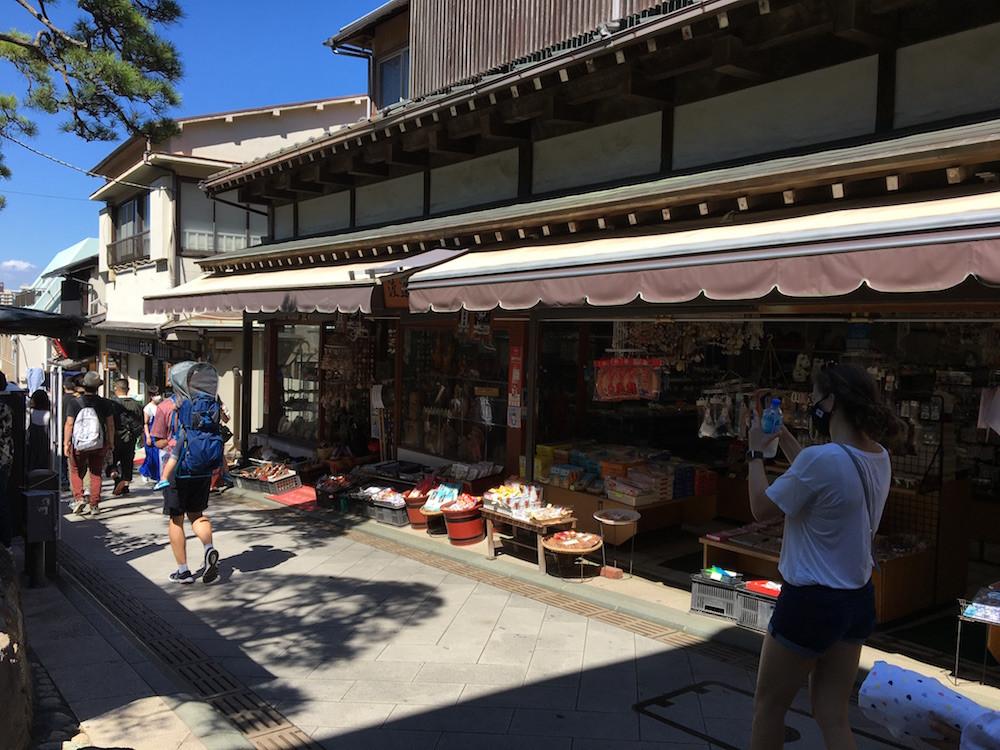 古きよき店が立ち並ぶ「江の島弁財天仲見世通り」