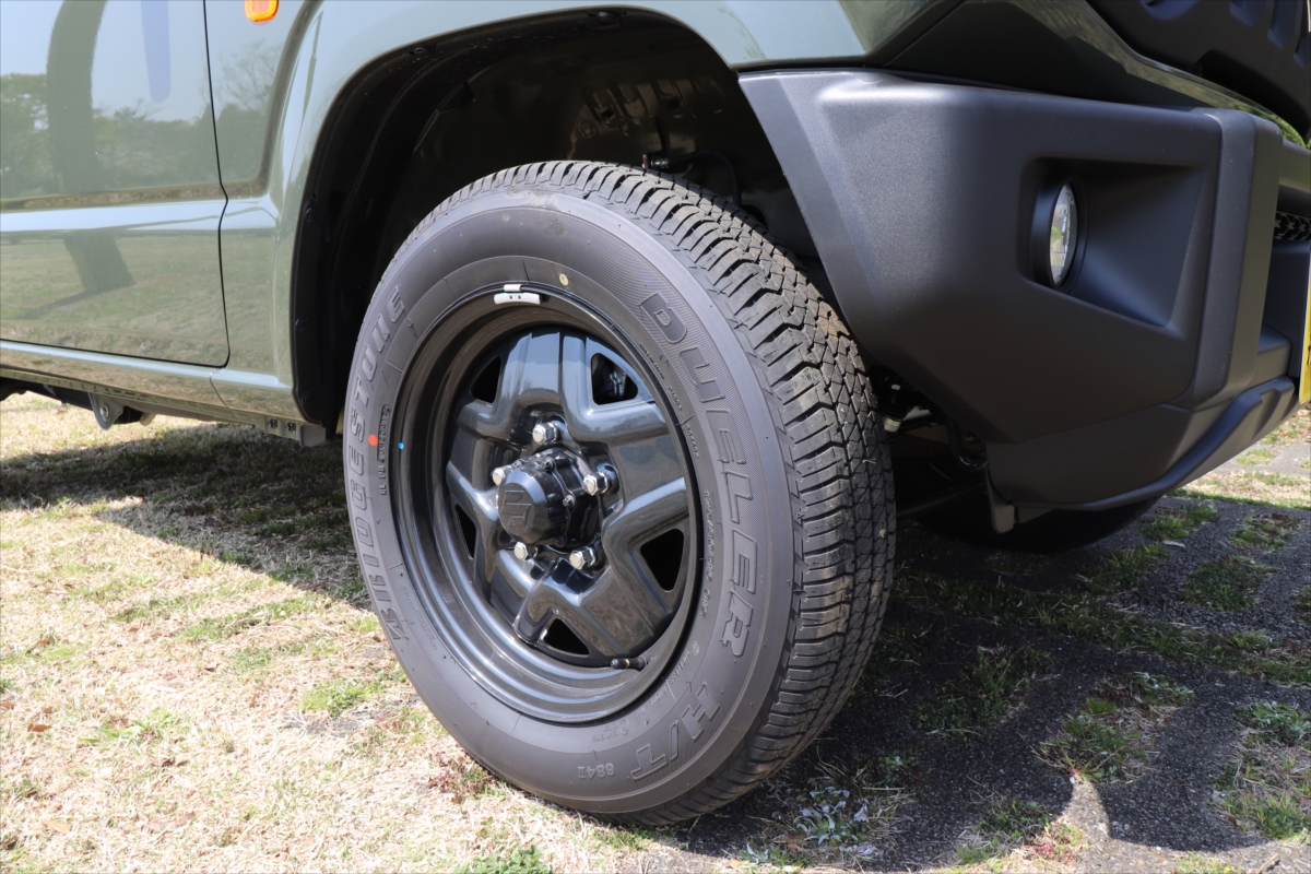 力強さを感じさせる大きなタイヤが、本格派オフロード4WDの証