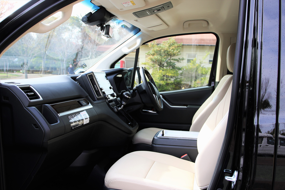 運転席横の窓の下端に注目。窓の下端をできるかぎり低くすることで、広い視界を確保する