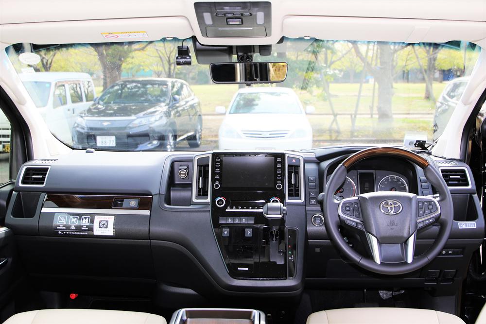 ハンドルやカーナビ画面のサイズ感から車幅の広さがわかる。見下ろすような目線のため、視界は良好