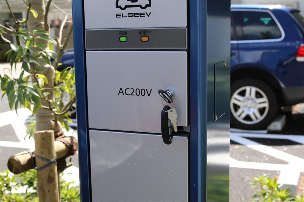 クルマのリモコンキーについているカギで、充電器の蓋を閉める